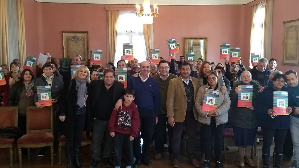 Se entregaron escrituras a familias del departamento Caseros